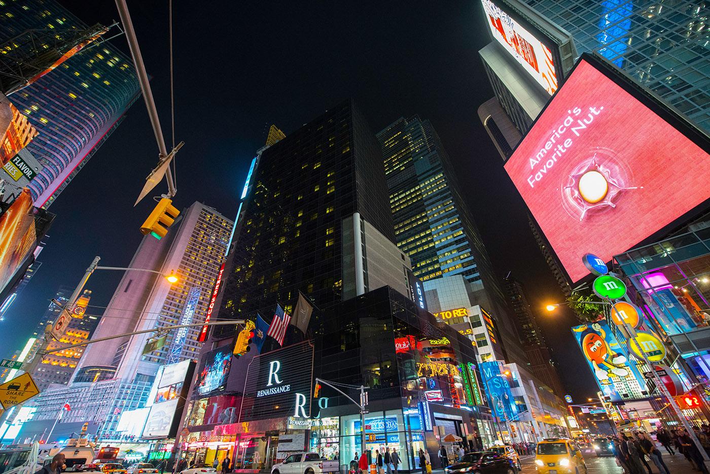 DUŻA REKLAMA, duże pieniądze czyli wczoraj idziś naTimes Square.